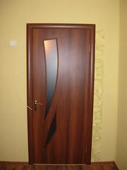 Продам межкомнатную б/у дверь с фурнитурой и луткой