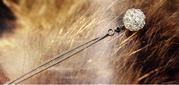 Серебристая элегантная цепочка с кулончиком в виде переплетенного шари