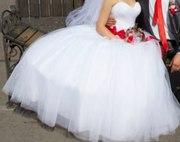 Продам свадебное платье с красным поясом